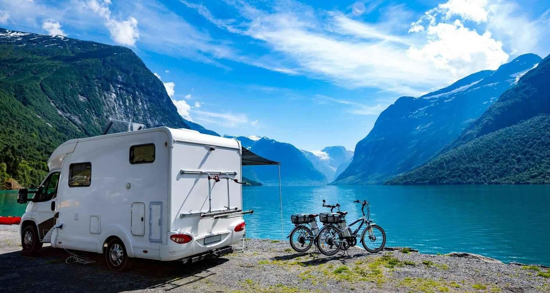göl kenarında karavan ve iki bisiklet görseli